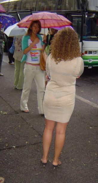 не видит что у неё видно через платье фото